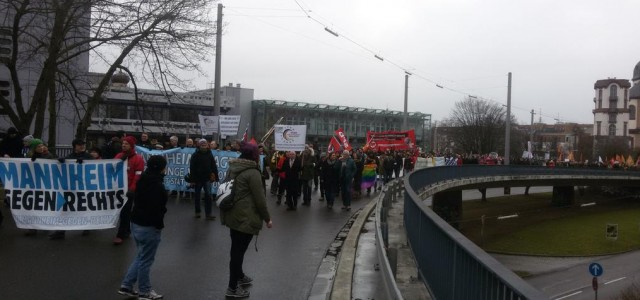"""An den Protesten gegen eine Kundgebung des Hooligan-Vereins """"Gemeinsam Stark Deutschland"""", eine Hogesa-Abspaltung, nahmen in Mannheim und Ludwigshafen mehrere tausend Menschen teil. Mit einer Demo, organisiert vom Bündnis Mannheim gegen Rechts, liefen wir über die Brücke, trafen unsere Kolleg*innen vom Netzwerk gegen rechte Gewalt Ludwigshafen und zogen weiter zum Theaterplatz, wo ein Bürgerfest mit dem Motto """"LU bunt statt braun"""" […]"""