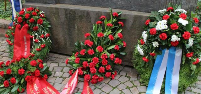 """Wie in jedem Jahr trafen sich Antifaschistinnen und Antifaschisten zur Gedenkveranstaltung an die Mannheimer Kämpferinnen und Kämpfer um Georg Lechleiter, die noch bis 1942 mutig Widerstand gegen das Terror-Regime der Nazis leisteten. Als die Wehrmacht die Sowjetunion 1941 überfiel, gab die Gruppe die illegale Zeitung """"Der Vorbote"""" heraus. Ihr Motto lautete: """"Hitler hat den Krieg begonnen – Hitlers Sturz wird […]"""