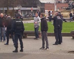 Hier schickt die Polizei die Nazis weg.